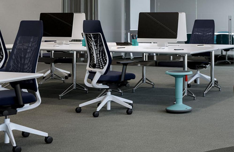 HOLI.E Concept - Aménagement espace de travail - Fauteuils bleu marine espace collaboratif