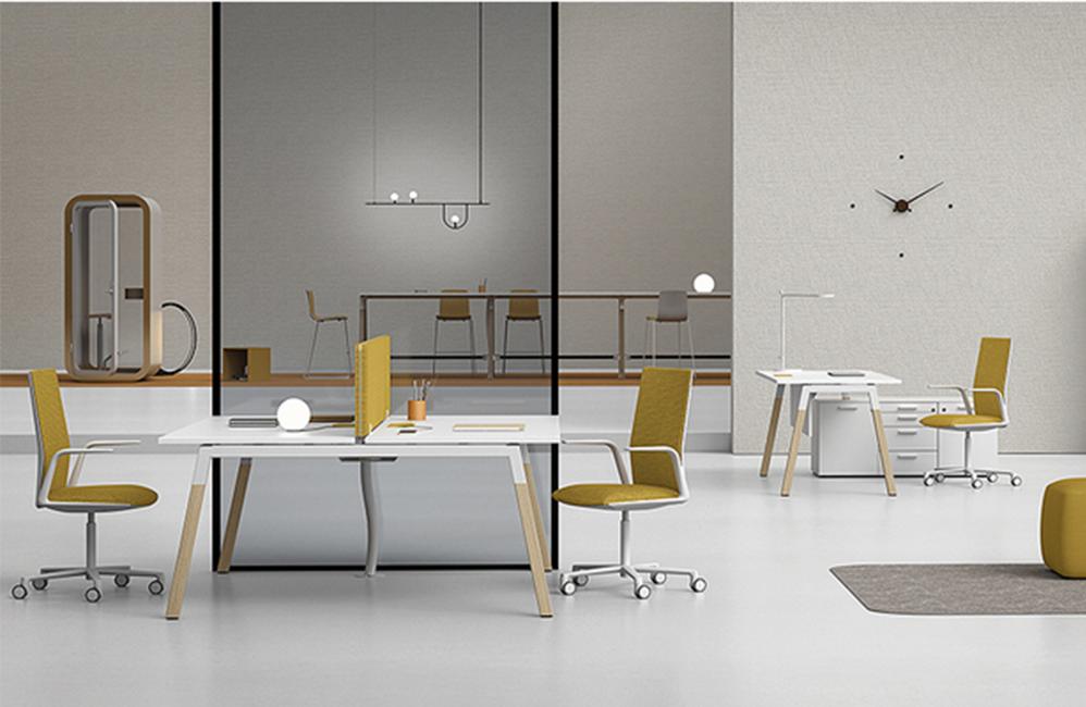 HOLI.E Concept - Aménagement espace de travail - Openspace spacieux moutarde blanc