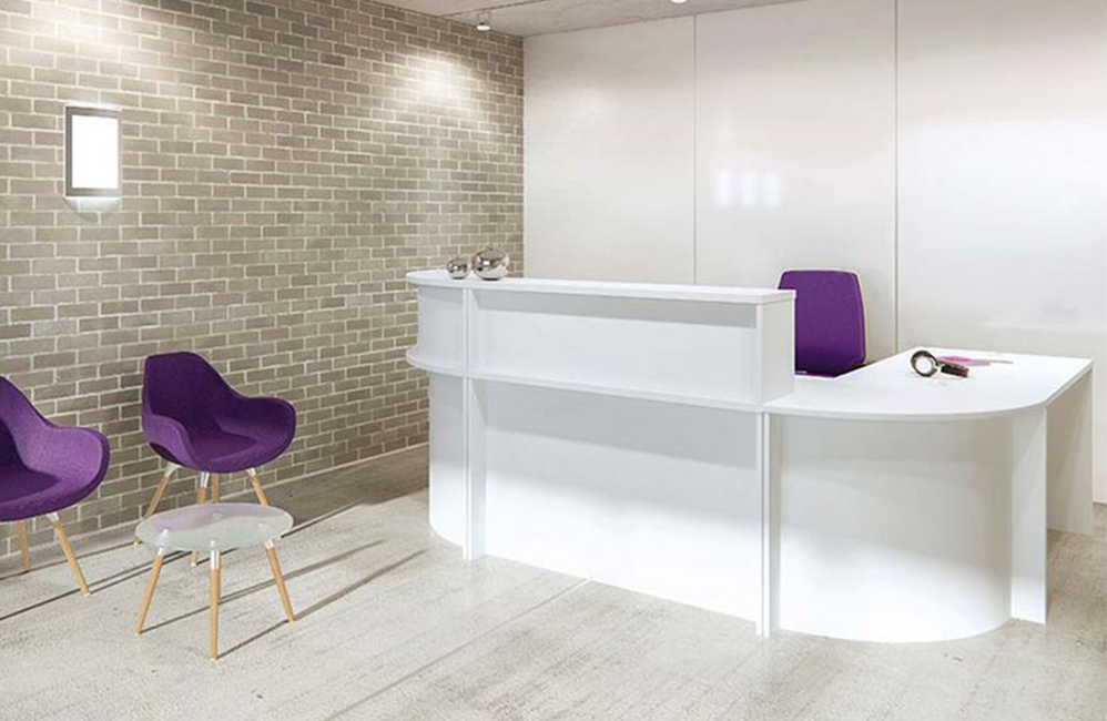 HOLI.E Concept - Aménagement espace de travail - Banque d'acceuil blanche ambiance violette