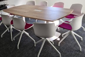 HOLI.E Concept - Aménagement espace de travail - Chois des finitions espace de réunion table bois chaise blanche et rose