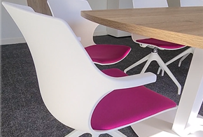 HOLI.E Concept - Aménagement espace de travail - Chois des finitions espace de réunion chaise blanche et fuchsia